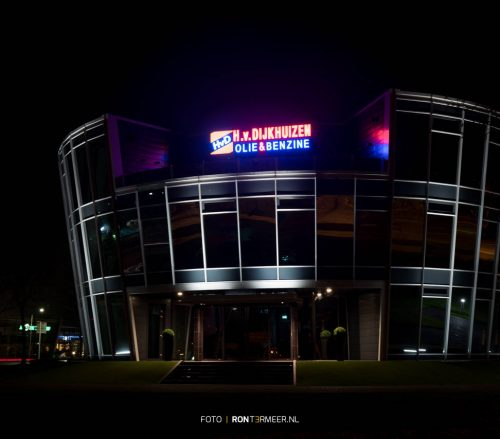 Dijkhuizen kantoorpand in de avond