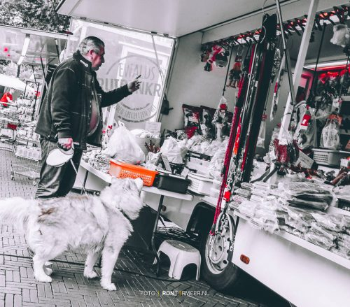 Hondenmarkt met een dierenkraam